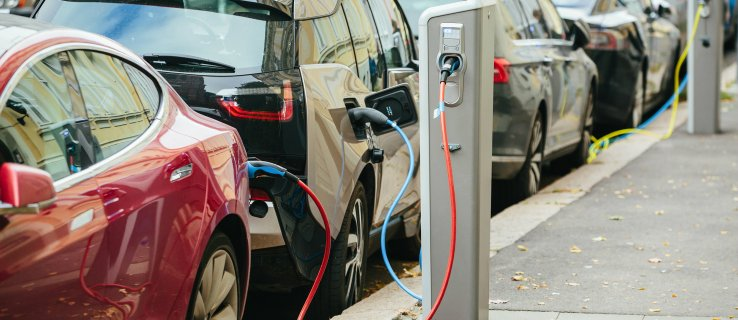 Most UK cars must be electric by 2030, climate change watchdog tells government