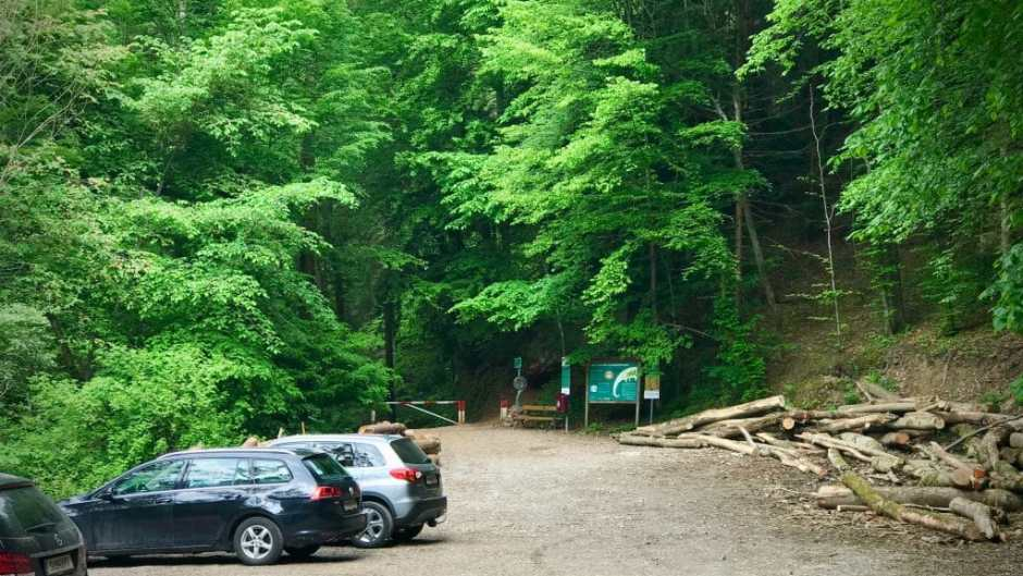 The parking lot at the entrance to the Glasenbachklamm