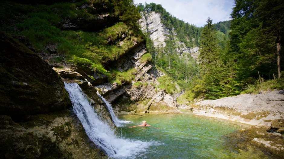 Viele wilde Badestellen entlang des Fischbachs zwischen Fischbachwasserfall und Staubfall