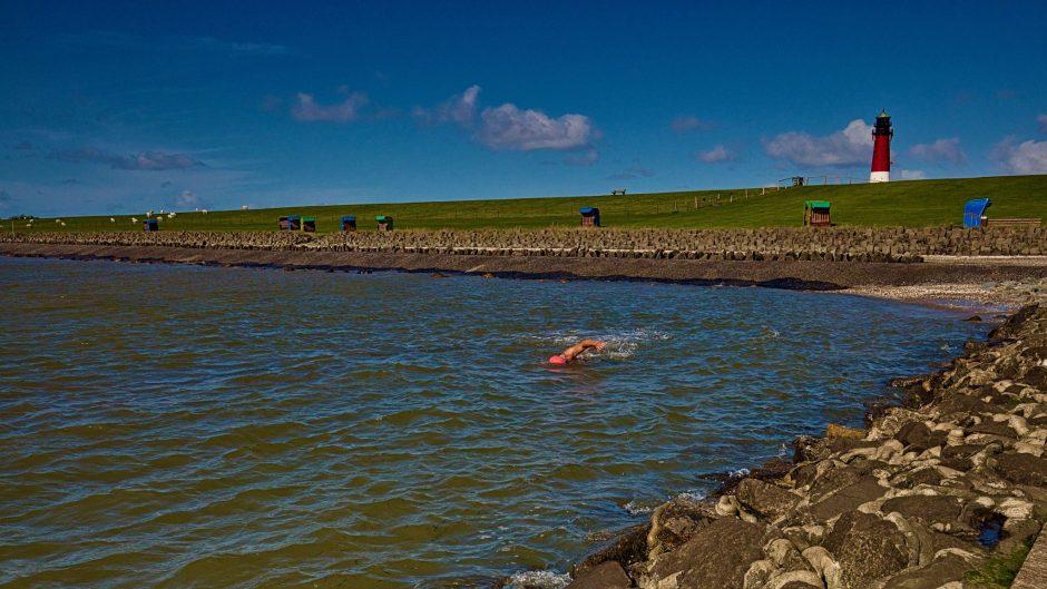 Beim Wildswimming in der Nordsee sollte man immer auf die Gezeiten achten Bei Niedrigwasser kann man nämlich am Leuchtturmstrand von Pellworm sonst Wattwürmer suchen.