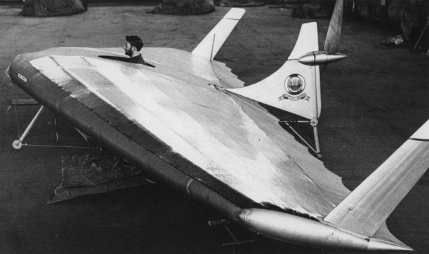 En el libro dedicamos un capítulo completo a los aviones movidos por propulsión humana, vamos, a pedales, como este ejemplo de avión inflable. (Royal Aeronautical Society).