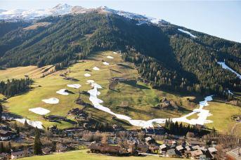 Da der natürliche Schneefall in den Alpen wegen der Klimaerwärmung immer unzuverlässiger wird, werden die meisten Skipisten bereits vorsorglich künstlich beschneit, sobald es kalt genug dafür ist wie hier bei Inneralpbach (Tirol)
