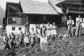 Viele Arbeiten wurden früher gemeinschaftlich durchgeführt (hier die Beseitigung von Lawinenschäden im Pitztal im Jahr 1951), weil eine einzelne Familie dabei überfordert gewesen wäre.