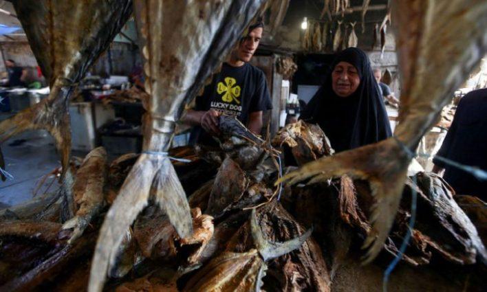 العراقيون احتفلوا بالعيد بتناول «المسموطة»