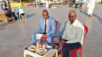 فيصل محمد صالح والبراق النذير يحتسيان الشاي في بورتسودان وقد رافقا حمدوك للصلح بين البني عامر والهندندوة