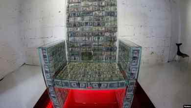 كرسي عرش يضم مليون دولار في هيكله الزجاجي