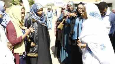 عضو مجلس السيادة السيدة عائشة موسى وعدد من الطالبات