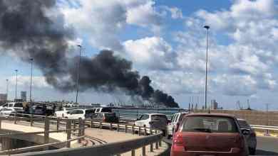الدخان يتصاعد بعد لحظات من القصف داخل ميناء طرابلس (رويترز)