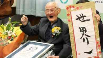 الياباني شيتيستو واتانابه بعد تسلمه لقبه من «غينيس» (أ.ف.ب)