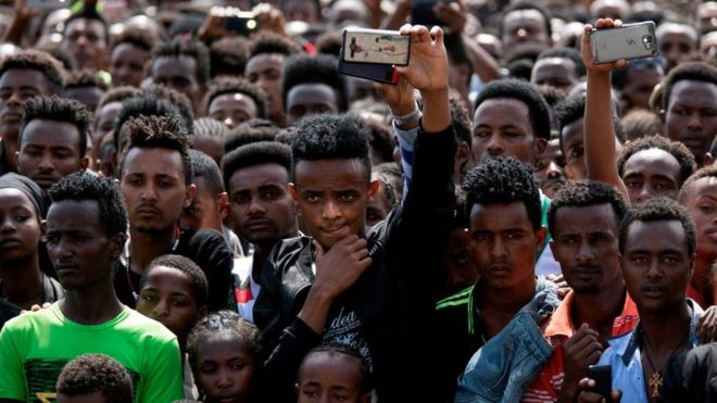 حشد كبير خلال أول زيارة لأبي لمدينة أمبو عقب توليه الحكم Getty