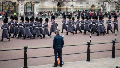 حراس قصر باكنغهام أصبحوا الآن يتخذون أماكنهم من دون الموسيقى والمراسم المعتادتين Getty