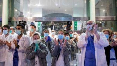 أصبح التصفيق طريقة شائعة لتحية العاملين في مجال الرعاية الصحية الذين يحاربون الوباء EPA