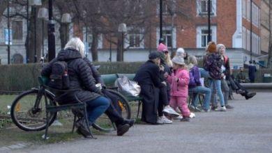 السويديون يستمتعون بالشمس في الشوراع رغم القلق العالمي من انتشار فيروس كورونا
