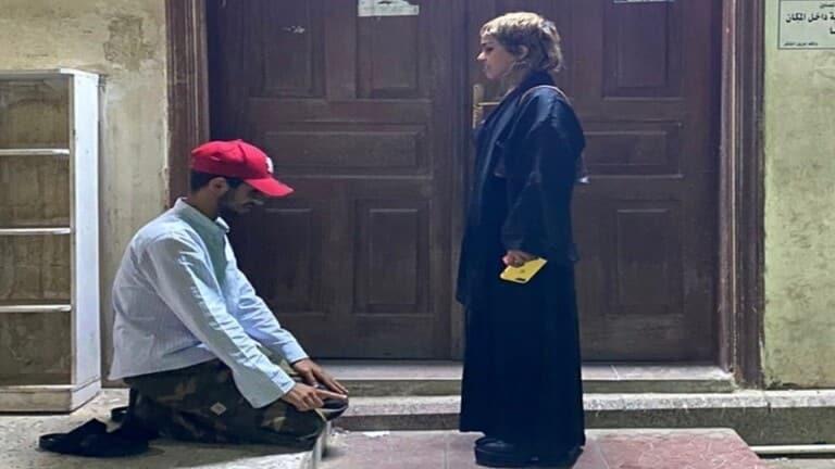 صورة متداولة لسجود شاب أمام فتاة في السعودية