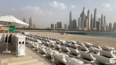 بعض الفنادق تغلق أبوابها في دبي بسبب كورونا، فيما بدت الشواطئ خاليا في إحدى أكثر مدن العالم جذبا للزائرين