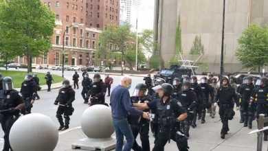 شرطيان يدفعان متظاهر في نيويورك يلقى ردود فعل