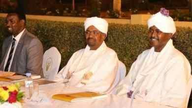 الصادق الرزيقي وابتسامة إلى جانب الرئيس المخلوع عمر البشير