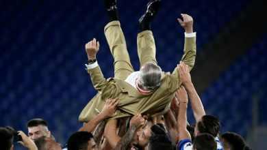 لاعبو نابولي يحتفلون مع رئيس النادي أوريليو دي لورنتيس بعد الفوز بكأس ايطاليا على حساب يوفنتوس، روما في 17 حزيران/يونيو 2020