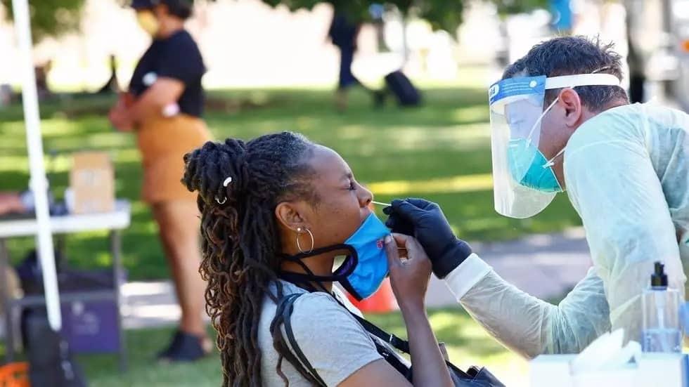 """سيدة تجري اختبارا لكشف الإصابة بفيروس كورونا خلال احتفالات """"جونتينث"""" وهي ذكرى إلغاء العبودية في ولاية تكساس الأمريكية، 20 يونيو/حزيران 2020. © رويترز"""