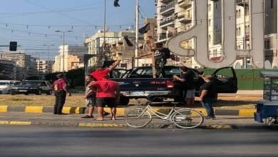 ناشطون يعلقون المشانق في ساحة النور في طرابلس