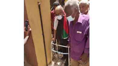 الثائر احمد إدريس وهو يسير علي كرسي متحرك بعد خروجه من قاعة المحكمة