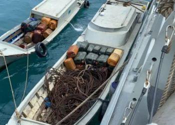 Patroli keamanan laut TNI Angkatan Laut KRI Siwar-646 lima orang beserta dua kapal cepat yang melakukan pencurian diatas Kapal Tongkang Linau 133 (TK Linau 133) yang ditarik Tug Boat TB Danum 50 berbendera Malaysia di Selat Singapura, Ahad (21/2/2021). ANTARA/Dok TNI AL.