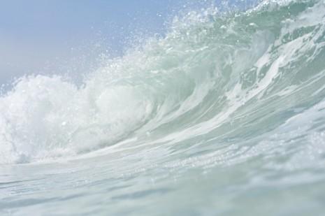 تفسير حلم رؤية الموج عالي و هائج للبحر في المنام لابن سيرين