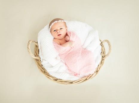 تفسير حلم ولادة البنت للحامل وللعزباء والمتزوجة في المنام