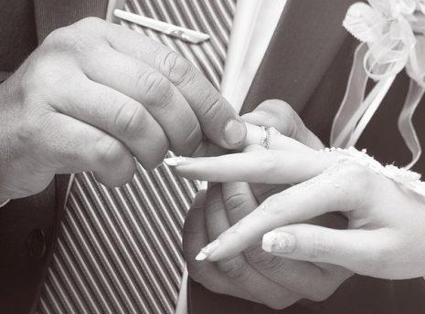 تفسير حلم ضياع الدبلة للمخطوبة أو فقد خاتم الزواج في المنام