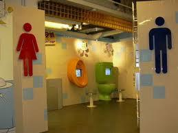 Mister, Di Mana Toilet ?
