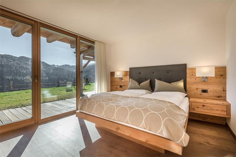 schlafzimmer chalet holz wand deckenverkleidung kronleuchter, Schlafzimmer ideen