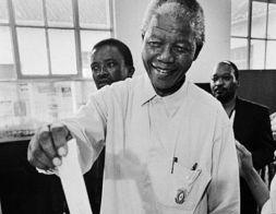 مانديلا .. مسيرة الصعود الى الحرية