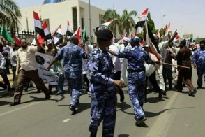 الشرطة تضرب متظاهرا بقسوة -شاهد الفيديو