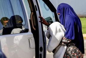 تسليم داعشية سودانية وطفلها  لسفارة بلادها في دمشق