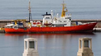 آخر سفينة إنقاذ للمهاجرين بالبحر المتوسط تنهي عملياتها
