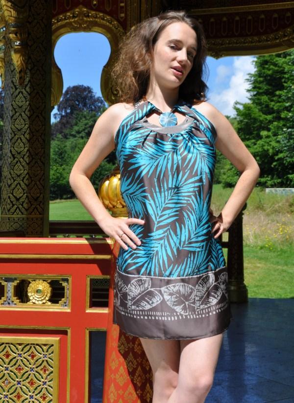 Sukienka mini z naszyjnikiem modelka front