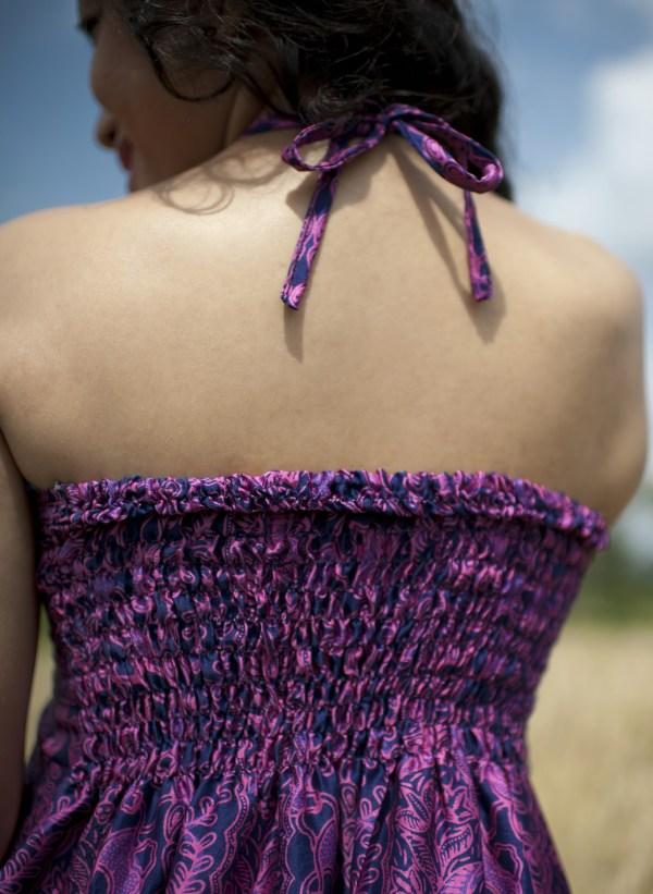 Sukienka jedwabna midi, podkreślająca dekolt, wiązana na szyi, modelka back