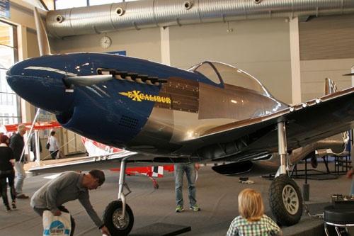 Replika Mustanga polskiej produkcji w hali wystawowej prezentowała się wyśmienicie. Budziła zainteresowanie większości zwiedzających wystawę, bez względu na wiek / Zdjęcia: Ryszard Jaxa-Małachowski