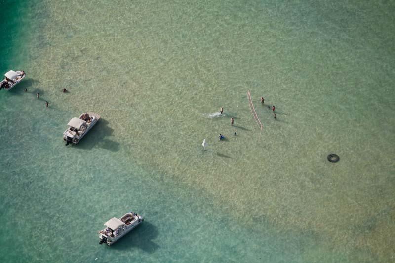 22. Campo de vôlei em cima de banco de areia no mar