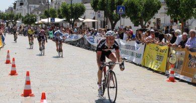 La volata vincente di Nicola Gasparre ad Alberobello