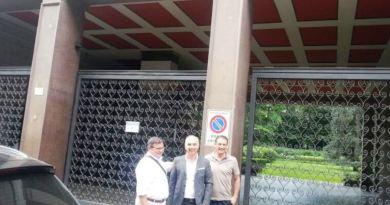 I dirigenti dell'ASD Avanti davanti alla sede del Milan
