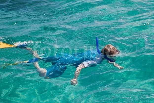 زرقة شفتي الطفل تستلزم التوقف عن السباحة فورا-boy-swimming-in-sea