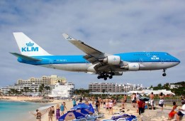 Dangerous low-lfying airplane passing over tourist's heads