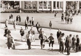 Crowd rushing towards Dealey Plaza after the shooting