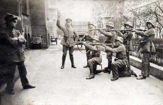 German soldiers execute a defiant communist youth in Munich – 1919