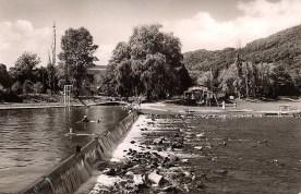 """Die aufgestaute Wied, das """"Strandbad"""", in den 1950er Jahren"""