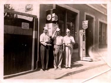 Am Kaufhaus Ludwig Scheid mit Waage und Tankstelle