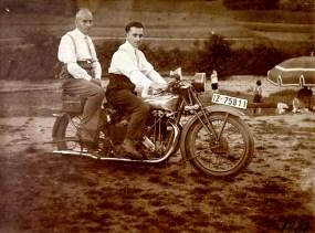 Zwei fesche Männer mit dem Motorrad am Strandbad - um 1930 v.l.n.r. ? Lacher aus Wüscheid und Josef Zimmermann