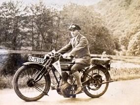 Josef Zimmermann mit seinem Motorrad der Marke Norton in der Nähe vom Hannestein - um 1930