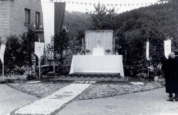 Fronleichnamsaltar mit Blumenteppich am Parkplatz 1959